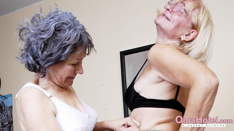 Lesbický milf svádí ženu