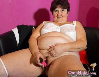 She pushes the dildo in big hariy hole